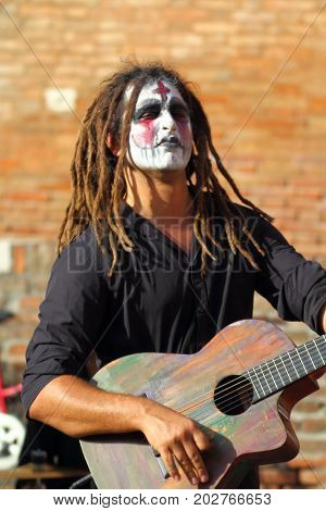 Ferrara, Italia - August 27, 2017: The Ferrara Buskers Festival is dedicated to the art of the street. Artists sing their music perform in the street. Buskers Festival. Kallid