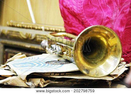 Trompeta antigua en tienda extravagante, Toledo (España)