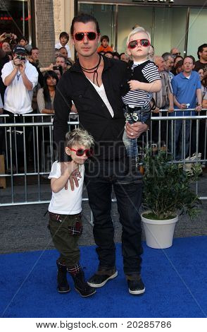 LOS ANGELES - JAN 23:  Gavin Rossdale with  Kingston & Zuma Rossdale arrives at the