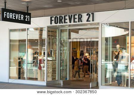 Santa Monica, Ca/usa - April 18, 2019: Forever 21 Retail Store Exterior And Trademark Logo.