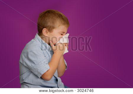 Jongen waait neus