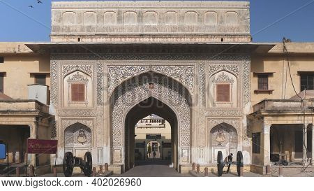 Jaipur, India - March 22, 2019: Wide View Of Archway With Antique Cannon At The Entrance To City Pal