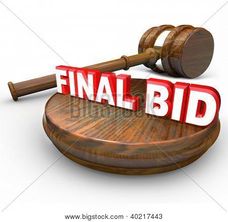 Die Worte Schlussgebot mit einem Hammer symbolisieren ein Auktionsgewinner und letzten Bieter, der eine Auctione gewinnt