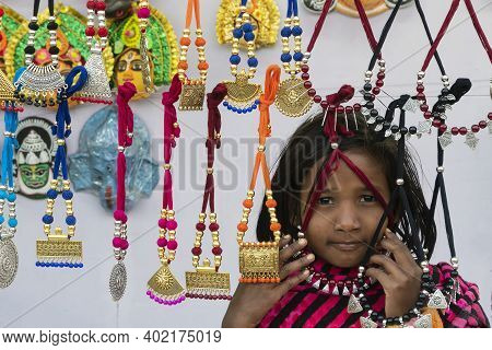 Kolkata, West Bengal, India - 31st December 2018 : A Girl Trying Out Various Shapes And Shades Of Ne