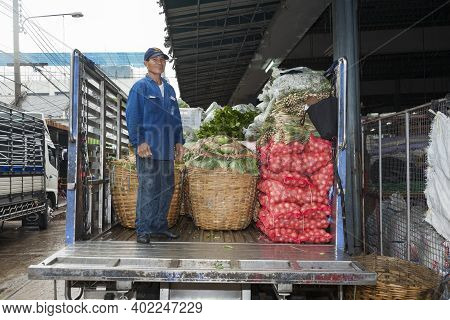 Bangkok, Thailand - May 12, 2009: Man Loads A Truck With Onions And Vegetables At The Nightly Flower