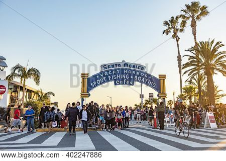 Santa Monica, Usa - Mar 17, 2019: The Welcoming Arch Of Santa Monica Pier In Santa Monica, Usa By Ni