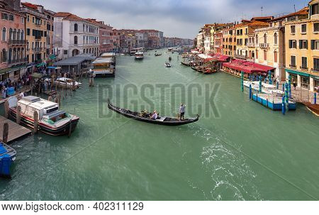 Venice, Italy - September 28, 2019: Gondolas With Gondoliers, Boats On The Grand Canal On A Sunny Da