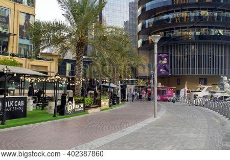 Dubai  Uae - September 26, 2020: Dubai Marina Mall Promenade With Many People Before The Sunset. Bea
