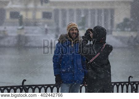 Madrid, Spain - January 08, 2021: A Young Couple Take A Photo With Their Mobile, In The Buen Retiro