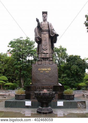 Hanoi, Vietnam, June 16, 2016: Bronze Statue Of King Ly Thai To In A Hanoi Garden. Vertical View