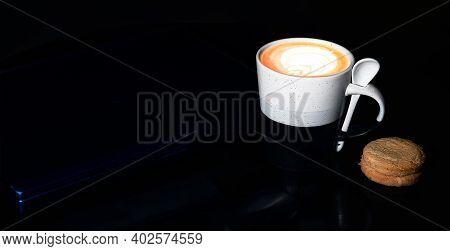 Una Taza De Café Acompañado De Galletas