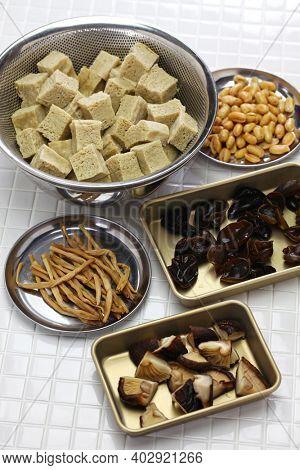 si xi kao fu, hong shao kao fu, Shanghai cuisine ingredients; kao fu, daylily flower, shiitake mushroom, wood ear, peanuts