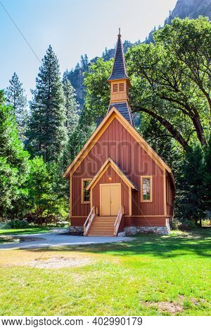 Picturesque house of the park keeper. Charming Yosemite Valley. The shady forest in Yosemite Park. The slopes of the Sierra Nevada