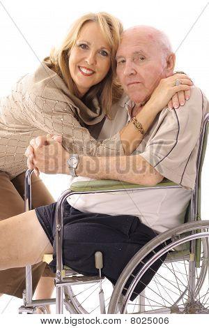 女儿抱着她的父亲