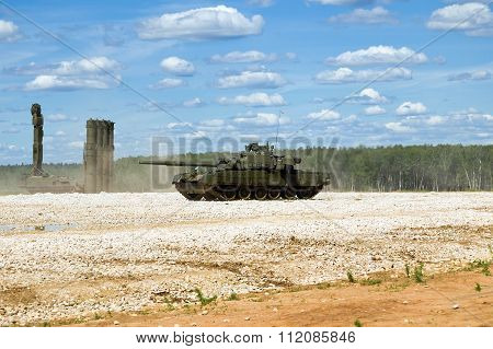 Tank T-80 at the test site