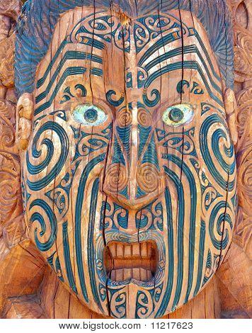 Cara maorí tallada y tatuada