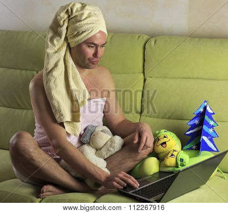 Man shows a woman at home on the computer.