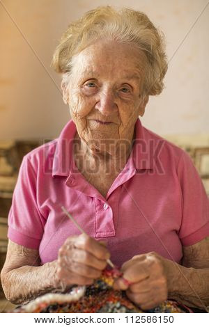 Portrait of an elderly woman to astringent crochet.