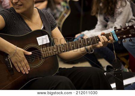Manifestazione musicale con le proprie chitarre a suonare.