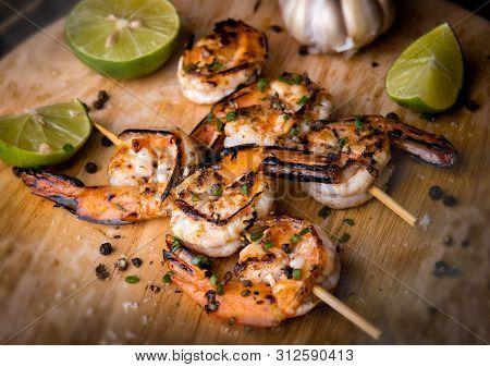 Skewer Shrimps Burnt Grilled With Spice Seasoning.