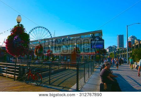 Seattle, Washington, Usa (mai 5, 2019) A Seattle Waterfront Restaurant With The Iconic Great Wheel I