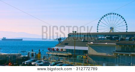 Seattle, Washington, Usa (mai 5, 2019) . Seattle Waterfront Pier 55 And 54. Downtown View From Ferry