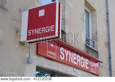 Bordeaux , Aquitaine France - 03 08 2021 : Synergie Sign Text And Brand Logo On Wall Facade Temporar
