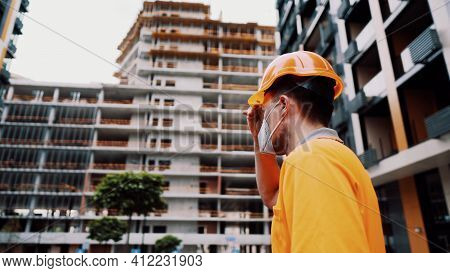 Construction Worker Wearing Safety Equipment. Kn 95 Mask. Corona Mask. Covid-19 Protective Respirato