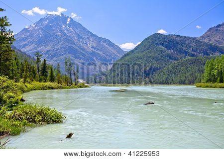 Ruhe-Fluss im Berggebiet