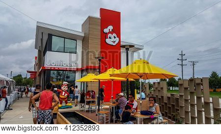 Chicago, Il August 27, 2016, People Waiting In Line And Eating Outside At A Jollibee Fast Food Resta