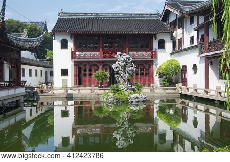 The Confucius Study Hall And Hall To Listen To Rain Overlooking The Sky And Cloud Reflection Pool At