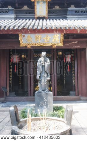Shanghai, China.  October 3, 2015.  Confucius Statue In Front Of Da Cheng Hall At The Shanghai Confu