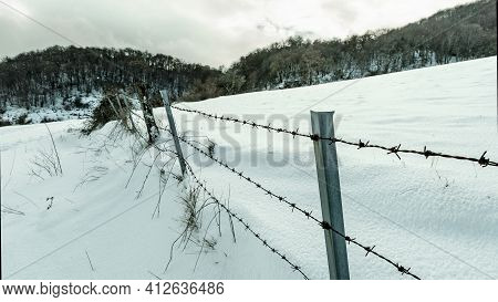 Alambre De Espino Rodeando Un Campo De Cubierto De Nieve En El Valle De Goñi Navarra
