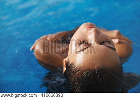 Close-up Of Sensual, Relaxed Female Model Sunbathing Under Hot Sun, Soaking In Swimming Pool. Attrac