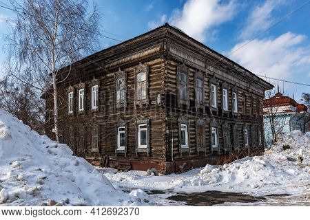 Tomsk, Russia - March 12, 2021. Wooden Residential Building On The Street Of The Old District Of Tom