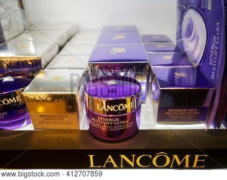 Multilift Cream Lancome Renergie With A Lifting Effect For All Skin Types On The Showcase In A Cosme