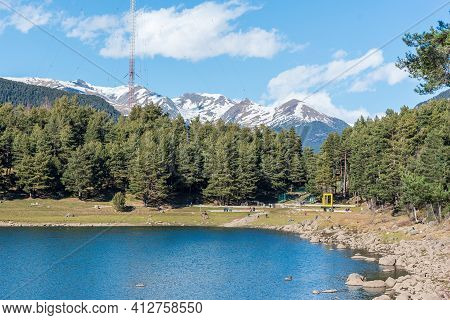 Escaldes Engodany, Andorra : 13 Marcht 2021 : Tourists Enjoying The Summer Afternoon At Lake Engolas