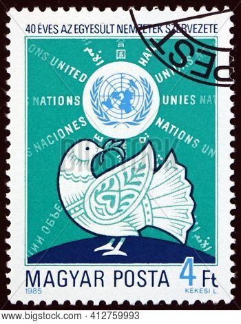 Hungary - Circa 1985: A Stamp Printed In Hungary Shows Dove, Globe And Un Emblem, 40th Anniversary,