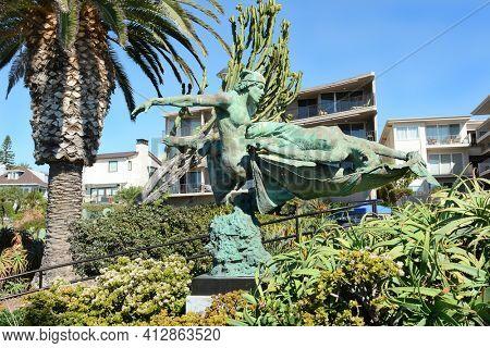 LAGUNA BEACH, CA, NOVEMBER 14, 2016: Heroic Rendezvous Sculpture, Heisler Park, Laguna Beach, Califronia. The bronze sculpture by Tuan is part of the Laguna Beach Public Art Collection.