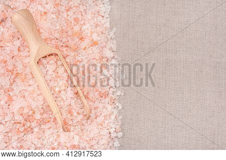 Himalayan Crystal Tibetan Pink Coarse Sea Salt In Wooden Scoop. Pink Himalayan Salt In Scoop . Top V