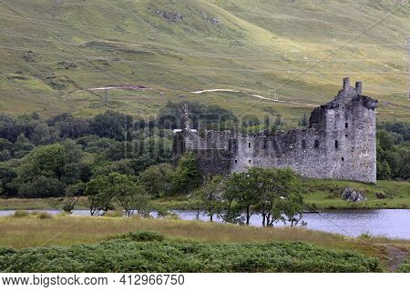 Loch Awel (scotland), Uk - August 15, 2018: Loch Awe With Views To The Ruins Of Kilchurn Castle, Sco