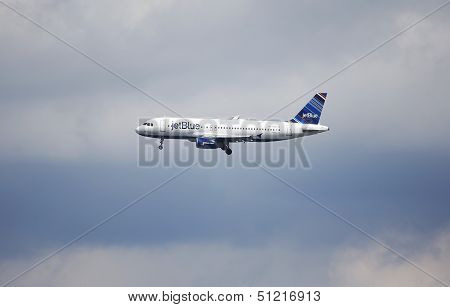 JetBlue  Airbus A320 in New York sky before landing in La Guardia Airport