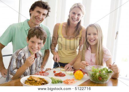 Familia preparar comida, comer juntos
