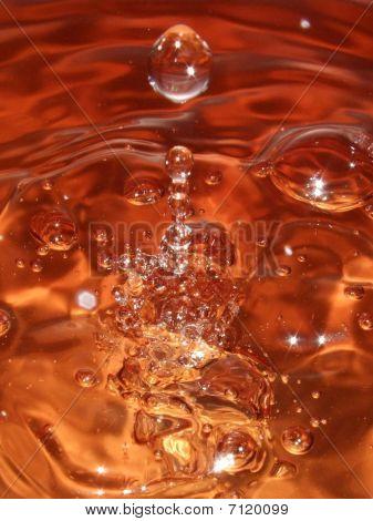 Orange Wasser tropft
