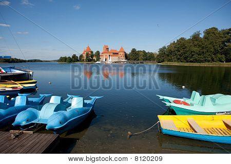 Waterfietsen en boten In Trakai