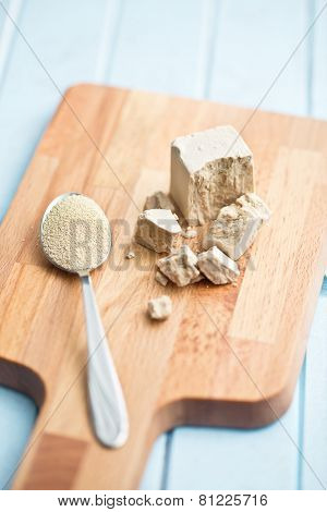 fresh and dry yeast on cutting board