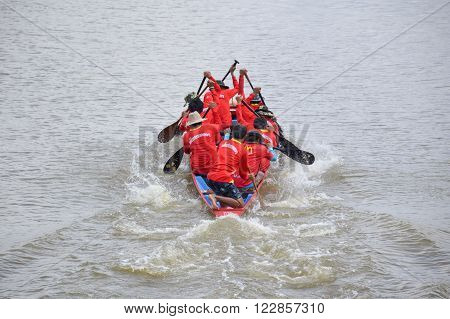 CHACHOENGSAO,THAILAND - November 8 : Unidentified crew in traditional Thai long boats compete during Country cup. Traditional Long Boat Race Championship on November 8, 2015 in Chachoengsao, Thailand.