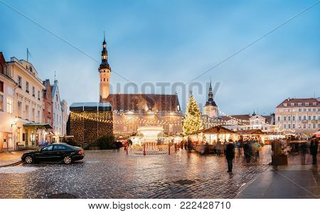 Traditional Christmas Market On Town Hall Square - Raekoja Plats In Tallinn, Estonia. Christmas Tree And Trading Houses With Sale Of Christmas Gifts, Sweets And Mulled Wine. Panorama Of Landmark