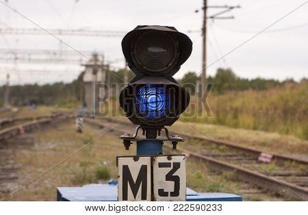 the black railway semaphore with blue light