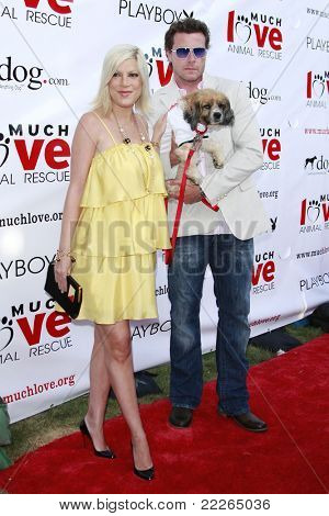 LOS ANGELES - JUL 19: Tori Spelling and husband Dean McDermott at the Much Love Animal Rescue fundraiser 'Bow Wow Wow' at the Playboy Mansion on July 19, 2008 in Los Angeles, California